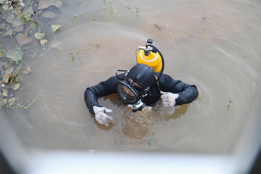 """(防汛抗洪·圖文互動)(1)洞庭""""蛙人"""":在水下10米打響家園保衛戰"""