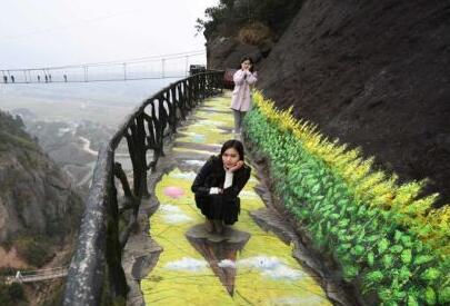 3D畫棧道亮相湖南平江 遊人懸崖漫步雲端