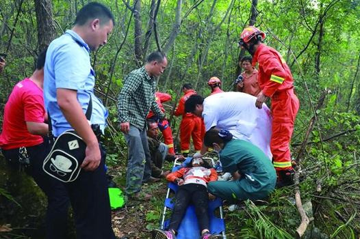 """女孩掉入40米深""""天坑"""",消防緊急救援"""