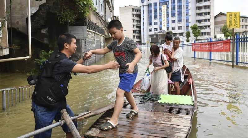 志願者積極參與抗洪搶險