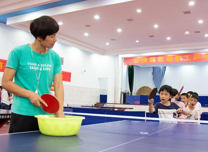 山區小學裏的乒乓球課