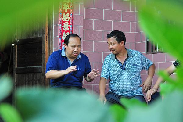 廖桂生在村民家中了解情况