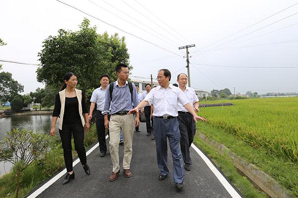 谭小平书记采访结束后与新华网记者留影
